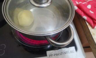 Шаг 2: Отварите картофель до готовности, посолите.