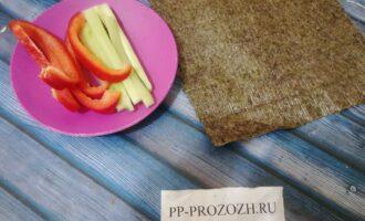 Шаг 3: Нарежьте соломкой огурец и перец.