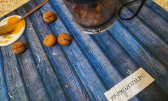 Шаг 2: Орехи и семечки превратите в мелкую крошку.