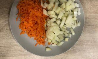 Шаг 2: Натрите на крупной терке морковь и нарежьте мелкими кубиками лук.