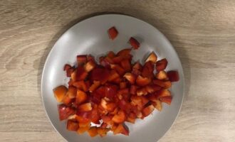 Шаг 3: Нарежьте болгарский перец.