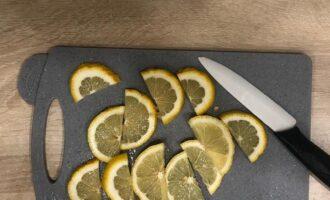 Шаг 2: Нарежьте лимон дольками.