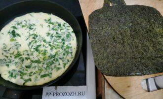 Шаг 4: Подравняйте лист по окружности сковороды.