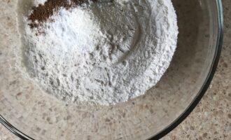 Шаг 4: Перемешайте сухие ингредиенты: муку, соду, разрыхлитель, соль, корицу