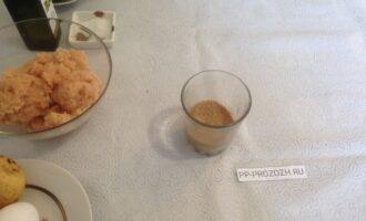 Шаг 2: Замочите панировочные сухари в молоке.