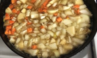 Шаг 4: Выложите нарезанные овощи и яблоко в сковороду. Добавьте масло и воду, соль и специи по вкусу. Тушите овощи до мягкости на медленном огне примерно 30 минут. Остудите.