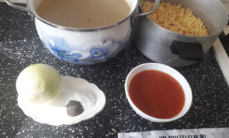 Шаг 1: Подготовьте все ингредиенты для супа: сварите бульон из говядины, предварительно промойте чечевицу, очистите лук, подготовьте томатный сок, измельчив томаты в блендере, соль, перец.