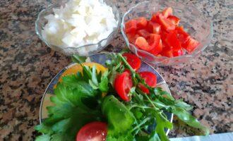 Шаг 2: Очистите овощи и зелень - хорошо их промойте. Порежьте овощи маленькими кубиками, лук посолите и залейте соком половинки лимона.