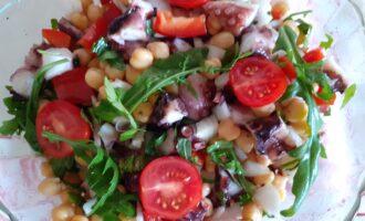 Шаг 5: Смешайте все ингредиенты  в салатнике,  добавьте оставшийся сок лимона, оливковое масло, соль и зелень по вкусу.