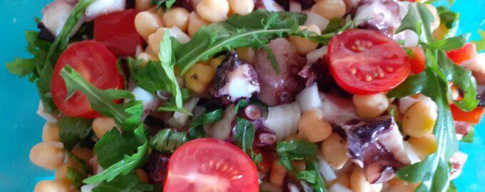 Салат с осьминогом и нутом