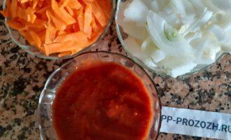 Шаг 3: Овощи очистите и нарежьте соломкой. Томатный соус для этого рецепта приобретите с паприкой и базиликом.