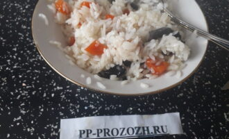 Шаг 6: Мед с сухофруктами смешайте с горячим рисом.