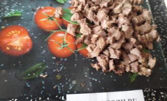 Шаг 2: Нарежьте мясо кубиками.