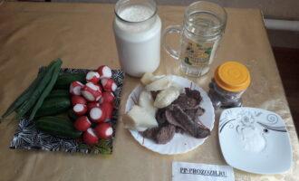 Шаг 1: Подготовьте все ингредиенты для окрошки: айран, воду, мясо отварное, картофель отварной, редис, огурцы, зелень лука, соль, перец.