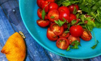 Шаг 3: В это время нарежьте зелень и помидоры, выдавите сок лимона.