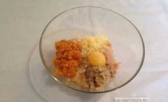 Шаг 5: Перемешайте фарш, овощи, сыр, яйцо, сухари. Добавьте соль и перец.