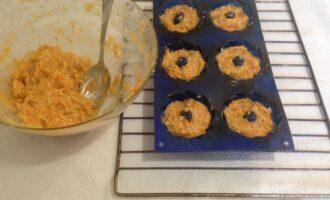 Шаг 6: Выложите полученную смесь в формочки для кексов. Выпекайте при температуре 200 градусов в течение 20 - 25 минут. Охладите кексы. Во время выпечки отварите картофель в соленой воде и сделайте пюре на отваре без масла.