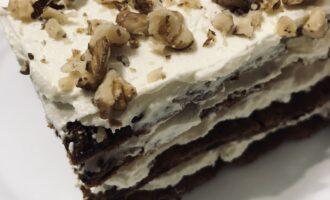 Шаг 10: Готовый тортик посыпьте грецкими орехами или любыми другими.