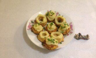 """Шаг 7: Украсьте кексы """"кремом"""" – картофельным пюре, посыпьте сверху нарезанным зеленым луком."""