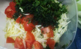 Шаг 5: К капусте добавьте нарезанную зелень и помидор.