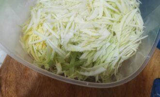 Шаг 4: Нашинкуйте мелко капусту и положите в миску.