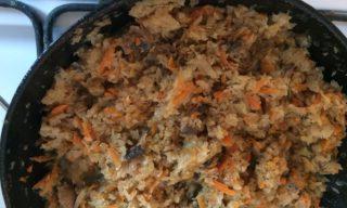 Шаг 3: Выложите натертые овощи и грибы в глубокую сковороду, добавьте оливковое масло и немного воды - примерно полстакана. Посолите по вкусу и добавьте приправы. Тушите до мягкости на медленном огне примерно 30 минут.