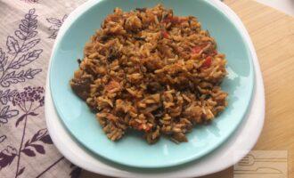 Гарнир из бурого риса с овощами и шампиньонами