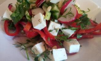 Овощной салат с кедровыми орешками и брынзой