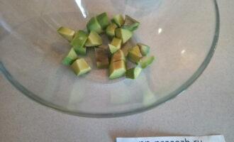 Шаг 2: Нарежьте авокадо кубиком и полейте лимонным соком.