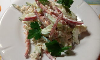 Диетический салат с паприкой и стеблем сельдерея