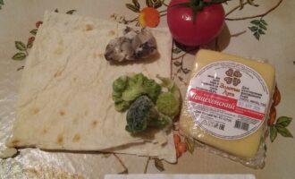 Шаг 1: Возьмите армянский лаваш, сыр Пошехонский, брокколи, грибы Вешенки, помидор.