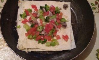 Шаг 5: Добавьте помидоры. Обжаривайте до тех пор, пока сыр не расплавится.