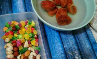 Шаг 4: Приготовьте цукаты, орешки и залейте кипятком курагу. Затем ее мелко нарежьте.