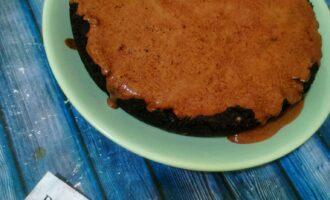 Шаг 8: Достаньте сырник, полейте сверху шоколадом и отправьте в холодильник на 8 часов.