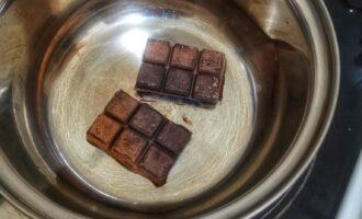 Шаг 7: Растопите вновь шоколад, добавьте немного воды.