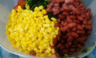 Шаг 6: С кукурузы и фасоли слейте жидкость и также добавьте ко всем ингредиентам.