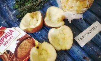 Шаг 3: Яблоки вымойте, разрежьте пополам, уберите сердцевину, но не выкидывайте. Можете убрать только семечки.