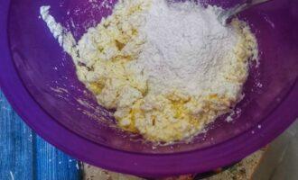 Шаг 2: Соедините в глубокой миске творог с яйцом, добавьте рисовую муку.