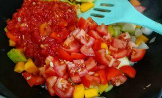 Шаг 6: Как овощи будут готовы, добавьте нарезанные помидоры и томатный соус. Тщательно перемешайте. И тушите еще 7 минут.