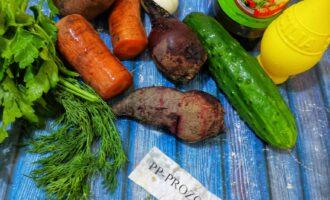 Шаг 1: Подготовьте все необходимые ингредиенты. Овощи отварите заранее.