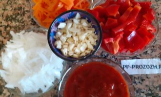 Шаг 5: Помойте хорошо овощи. Морковь, лук и чеснок нашинкуйте на крупной терке. Сладкий перец порежьте средними кусочками. Приготовьте необходимое количество  томатного соуса.