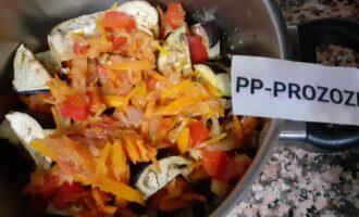Шаг 8: Переложите слоями: тушеные овощи и баклажаны. Чеснок и специи добавьте по вкусу на каждый второй слой. Не перемешивая  тушите овощи  ещё 10 минут. Затем дайте 15 минут блюду настояться.