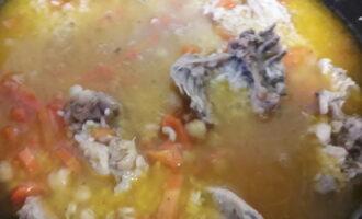 Шаг 7: Добавьте в готовый зирвак рис и кипячёной воды столько, чтобы вода покрывала рис. Посолите и поперчите и дайте приготовиться блюду ещё в течение 20 минут на маленьком огне. Как только влага испарится, выключите плиту и укутайте плов полотенцем минут на 15.