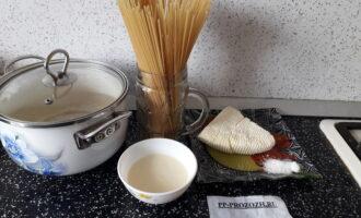 Шаг 1: Подготовьте все ингредиенты блюда: спагетти, воду, сыр, сливки, соль.