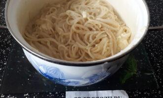 Шаг 4: Слейте всю воду из кастрюли со спагетти и добавьте прямо туда сыр. Хорошо перемешайте.
