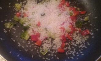 Шаг 4: Обжарьте перец, брокколи и рис на оливковом масле.