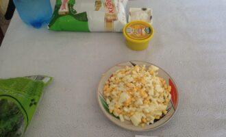 Шаг 4: Яйца отварите. Нарежьте средними кубиками.