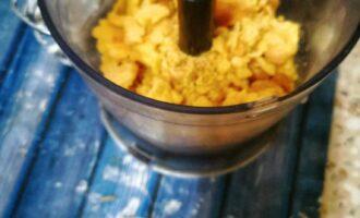 Шаг 8: Достаньте получившуюся массу из духовки, выложите ее в миксер и взбейте до состояния крошки.