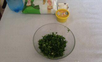 Шаг 5: Порежьте зеленый лук, укроп и петрушку.