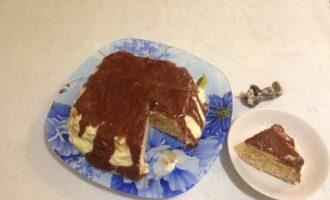 Шаг 6: Снимите глазурь с огня и полейте торт. Отправьте десерт застывать и пропитываться в холодильник.